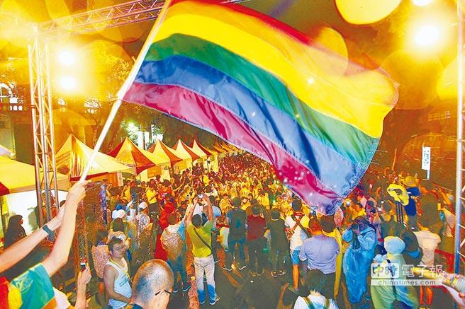网友记录同性恋父母:我有两个爸爸两个妈妈 我很幸福