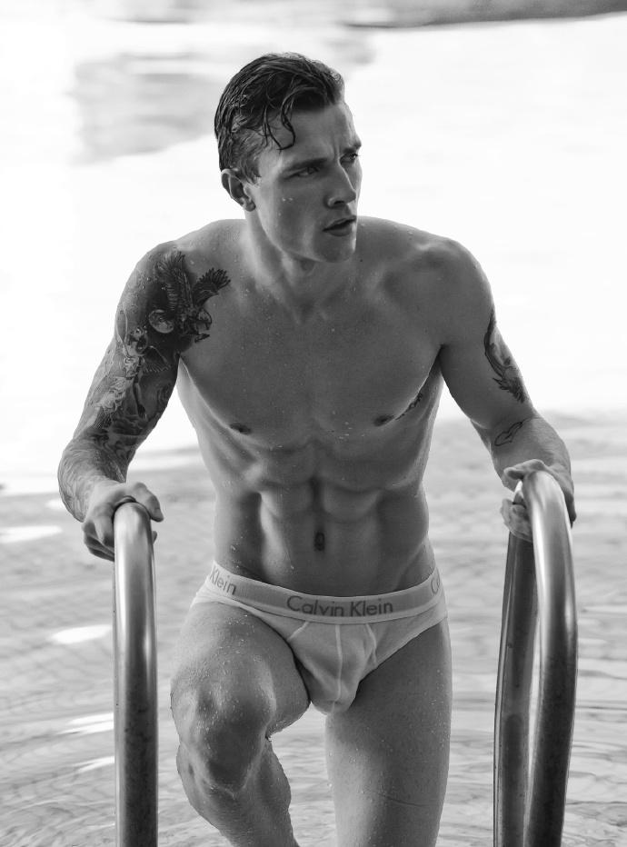 纹身肌肉男的黑白诱惑