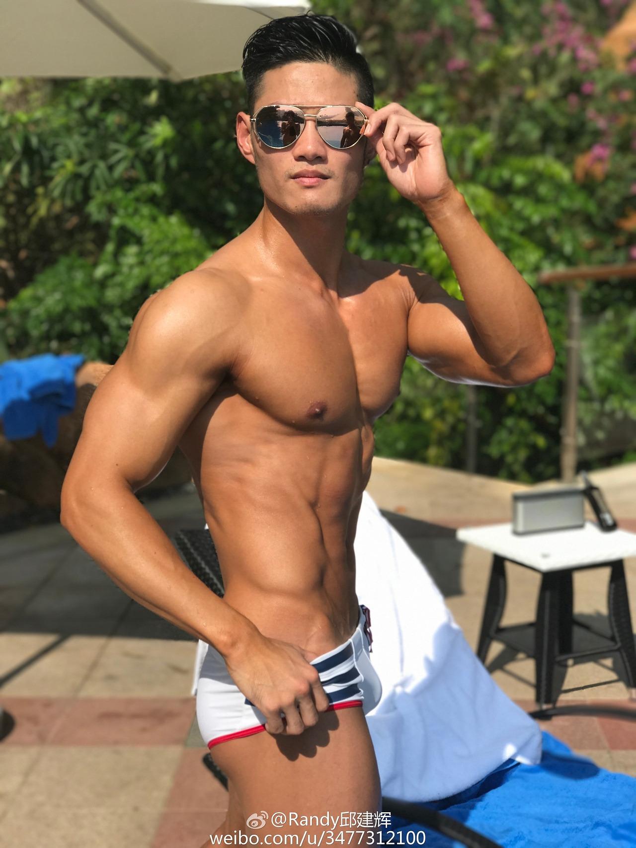 胸肌挺大身材完美的健身男模