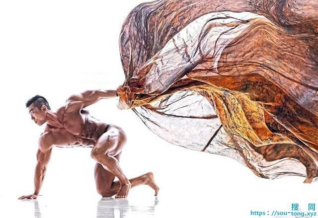 绸缎与健硕男人形体的结合,上演刚与柔的艺术