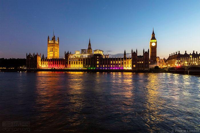 英国议会大厦首次亮起彩虹灯,迎接伦敦同志巡游