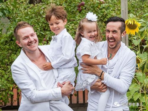 美国变性人小哥亲自怀孕 为同性恋男友产子