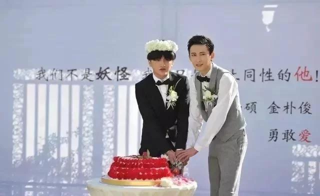 娱乐圈第一对,男同性恋结婚,当众相拥舌吻!