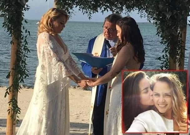 同性女教师结婚遭校方解雇 家长集会抗议