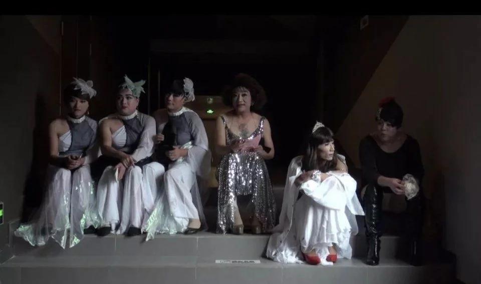 在上海同性恋舞厅里,年轻同志都来这里谈爷孙恋......