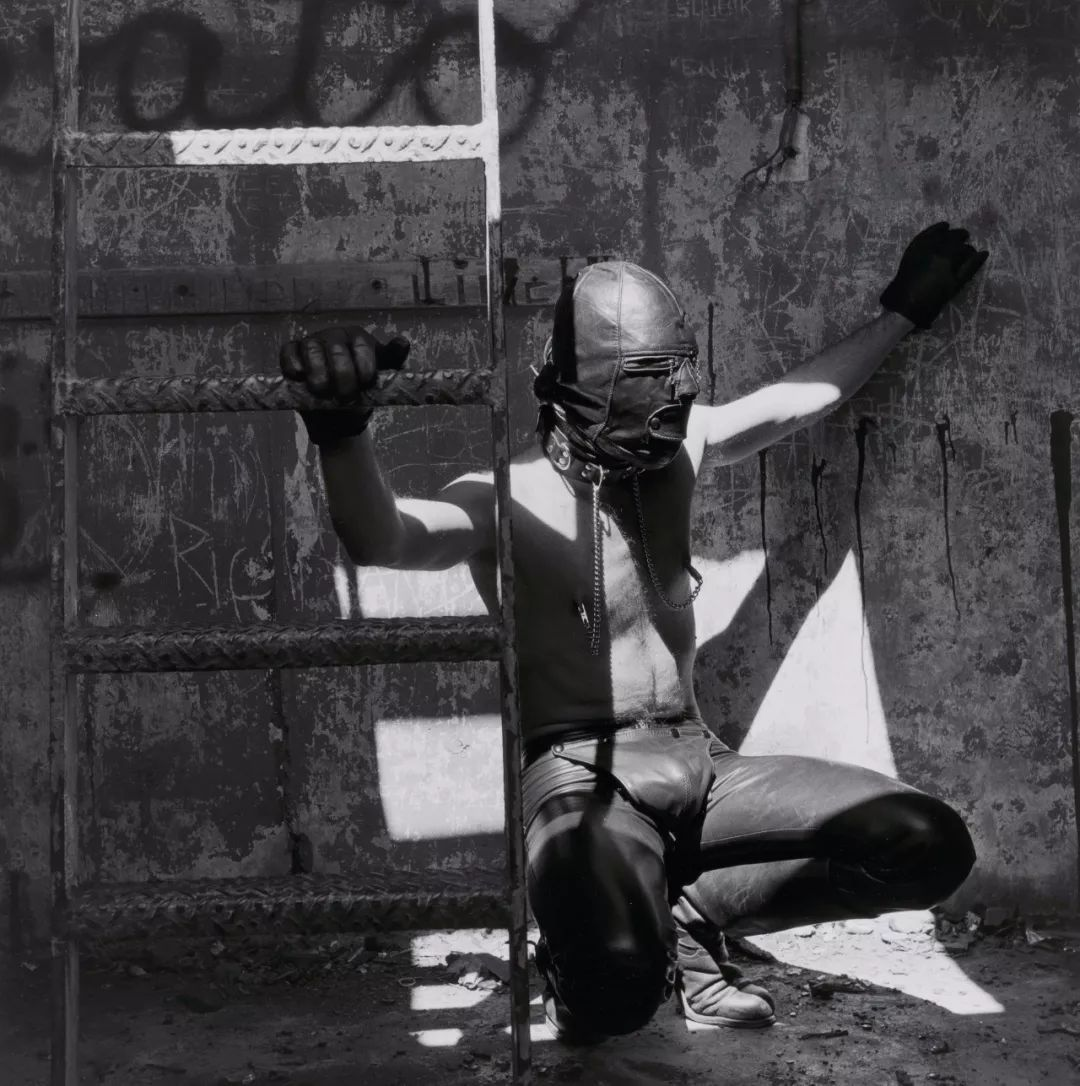 同性恋身份的他拍下了一张张极具张力的人体艺术照!