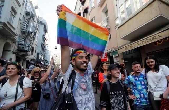 土耳其同性恋群体在水枪下大游行