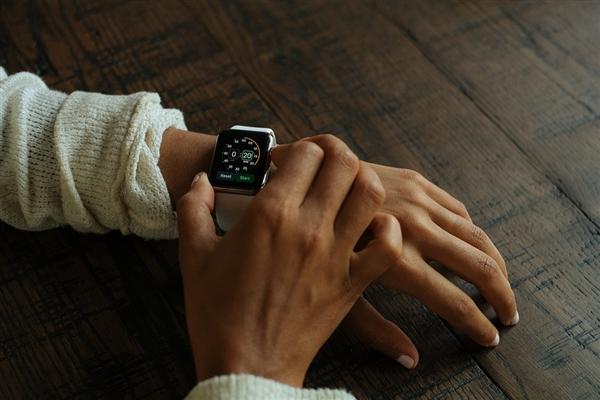 苹果手表彩虹表盘在这里被强制下架:同性恋怎么看?