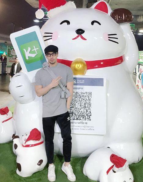 这个颜值逆天的50岁冻龄大叔,爆火网络之后,来中国发展了!
