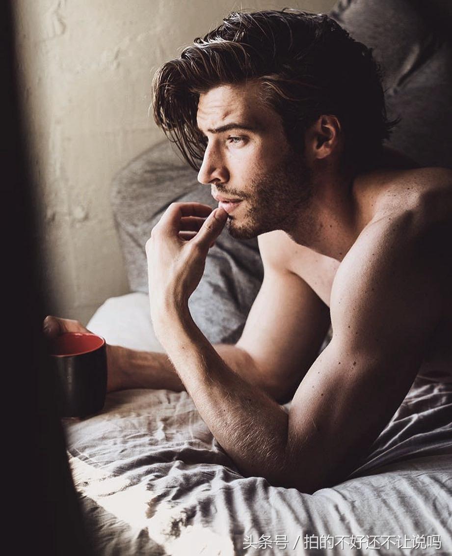 超帅的欧美肌肉型男,教你起床后如何优雅的喝一杯咖啡