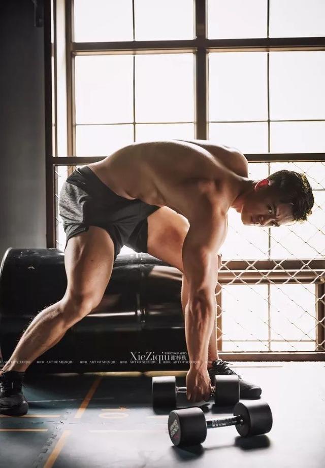 健身教练拍写真,肌肉发达无比性感诱惑