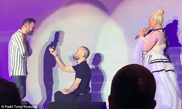 克里斯蒂娜巡演现场男同性恋者跪地求婚