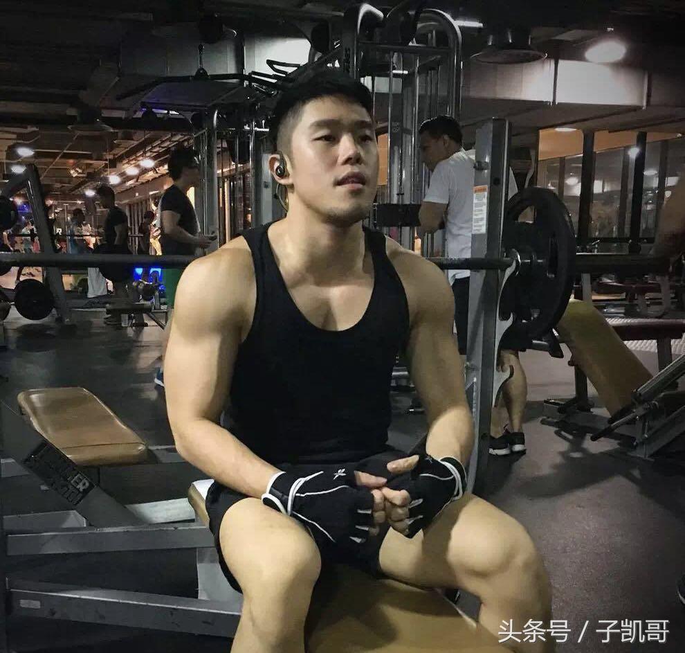 马来西亚帅气小哥,白T红裤,肌肉都好迷人