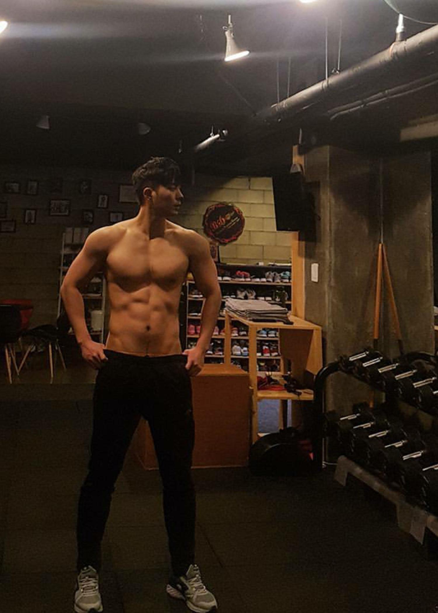 韩国的警察肌肉帅哥,穿警服清秀,脱衣有肉