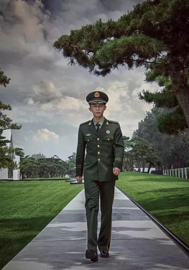 兵哥穿军装拍写真,最后还被摄影师扒掉