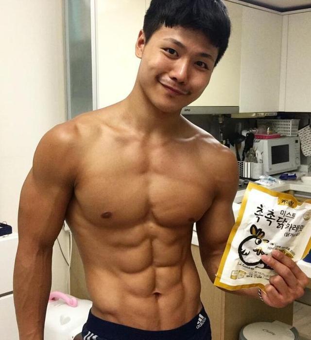 小伙健身一年,秀漂亮的8块腹肌,分享在家里练习腹肌方法!