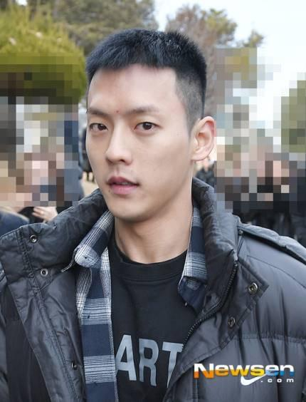 BTOB李旼赫今日服兵役 在入伍路上也微笑满发
