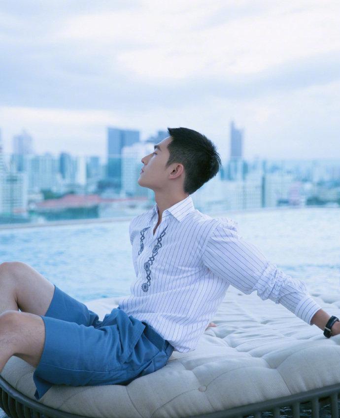 杨洋越来越man了,花哨衬衫五分短裤阳刚帅气